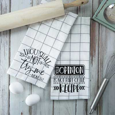 Mother's Day Gift Ideas for Silhouette & Cricut: Make a set of funny kitchen towels with your silhouette or cricut. These cute towels are great for gifts or to use in your own kitchen. #mothersdaysilhouette #mothersdaycricut #mothersdaysvg