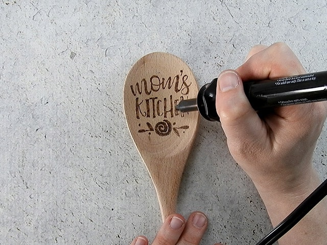 Mother's Day Gift Ideas for Silhouette & Cricut: Make a personalized wood burned spoon for Mother's Day with your silhouette or cricut. #mothersdaysilhouette #mothersdaycricut #mothersdaysvg